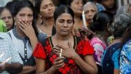Sri Lanka hat mit drei Schweigeminuten den Opfern der Anschläge auf Kirchen und Hotels am Ostersonntag gedacht.