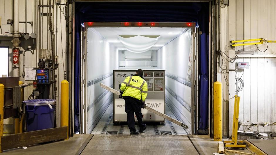 Fragile Netzwerke: Ein Arbeiter lädt in Kanada eine Lieferung von Moderna in einen gekühlten Lieferwagen.