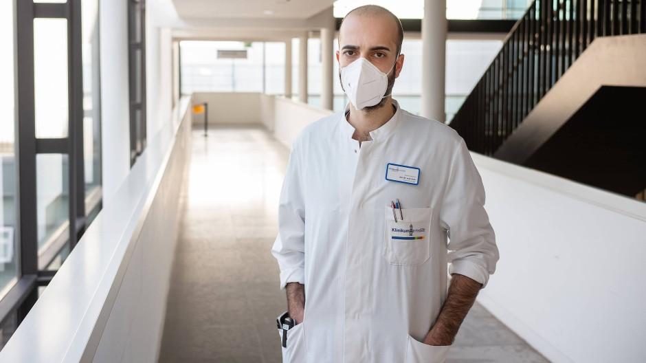 Doktor Cihan Çelik, Facharzt für Innere Medizin und Pneumologie, im Klinikum Darmstadt.