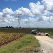 Polizeiautos sperren am Samstag in Texas die Zufahrt zur wahrscheinlichen Unglücksstelle.