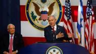 Israels Ministerpräsident Benjamin Netanjahu und der amerikanische Botschafter David Friedman (l.) während der Eröffnungsfeier