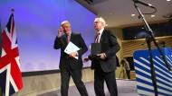 EU-Verhandlungsführer Michael Barnier (l.) und Brexit-Minister David Davis verlassen die Pressekonferenz am ersten Tag der Austrittsverhandlungen