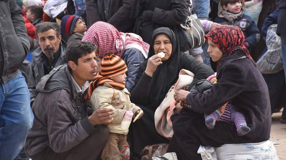 Krieg und Kälte: Zehntausende Menschen wollen Ost-Aleppo verlassen.