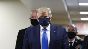 Trump trägt Maske bei Besuch von Militärkrankenhaus