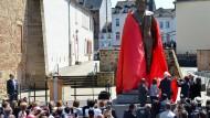 Die 2,3 Tonnen schwere und 4,40 Meter große Bronzestatue des chinesischen Künstlers Wu Weishan ist ein Geschenk Chinas an die Stadt.
