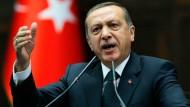 Der für Samstag geplante Auftritt des türkischen Ministerpräsidenten Tayyip Erdogan in Köln stößt auf Kritik
