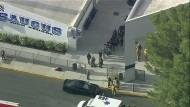 Einsatzkräfte geleiten mehrere Personen aus der Saugus High School im kalifronischen Santa Clarita, nachdem dort Schüsse fielen.