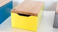 """Bestseller des Duos ist der Brotkasten """"Bread Box"""", dessen Deckel zugleich als Schneidebrett dient."""