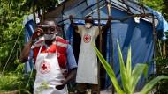 Helfer versuchen alles, um das Ebola-Virus zu stoppen – Doch häufig sind auch sie selbst in Gefahr.