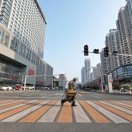 Auf einsamer Flur: Ein Krankenhausmitarbeiter in der Stadt Yichang