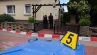 Die Spurensicherung am abgesperrten Tatort in Groß-Rosenburg.