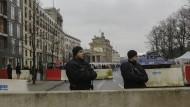 Verändertes Straßenbild: Polizisten hinter einer Betonsperre unweit des Brandenburger Tores in Berlin.