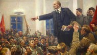Lenin agitiert die Massen: Der Revolutionsführer Lenin hält vor Bewaffneten eine Rede. Im Hintergrund ist Stalin, der künftige sowjetische Alleinherrscher zu sehen.