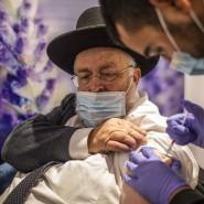 In einem Impfzentrum in Jerusalem erhält ein Mann Mitte Januar eine Dosis des Impfstoffs von Biontech und Pfizer.