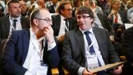 Der katalanische Regierungschef Carles Puigdemont (rechts) und Regierungssprecher Jordi Turull bei einer außerordentlichen Sitzung des katalanischen Kabinetts am 18. Oktober 2017 in Barcelona