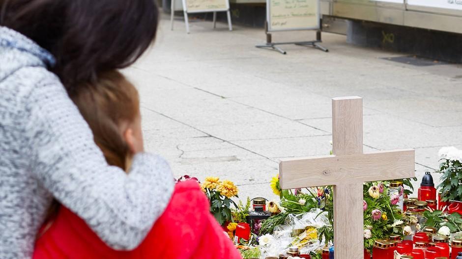 Eine Mutter umarmt ihre Tochter am Tatort von Chemnitz im August 2018.
