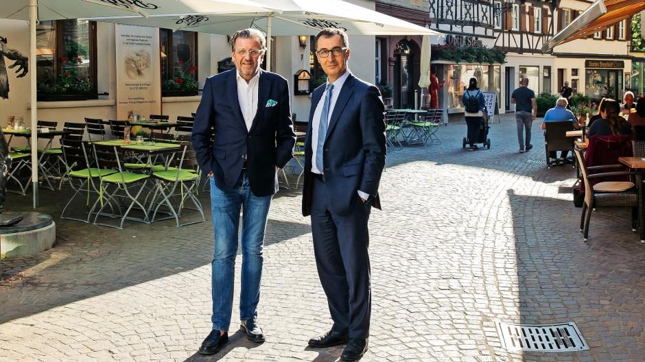 Der Unternehmer Stefan Wolf, 60, erscheint zum Gespräch in der Uracher Altstadt mit  Jeans und offenem Hemd. Der Grüne Cem Özdemir, 55, bevorzugt Anzug und Krawatte.