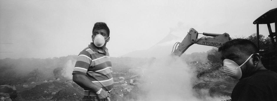 Elmer Vazques beobachtet verzweifelt Baggerarbeiten an der mutmaßlichen Stelle seines zerstörten Hauses, wo er seine Ehefrau und fünf Kinder vermisst.