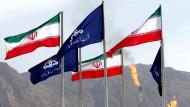 Die Flaggen des Iran und der nationalen iranischen Ölgesellschaft NIOC wehen auf einem Gasfeld in Assalouyeh.