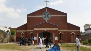 Viele Tote bei Anschlägen auf zwei Kirchen