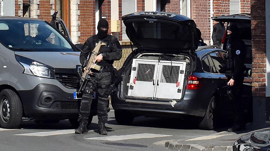 Ein Polizist der Anti-Terroreinheit DGSI, die auch an dem Schlag gegen die Terrorverdächtigen beteiligt war, bei einem Einsatz in Nordfrankreich.