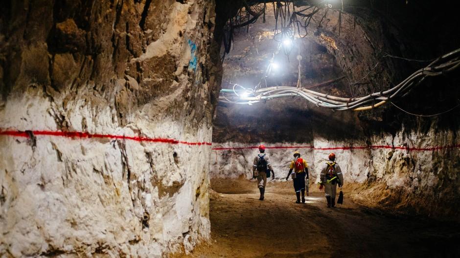 Minenarbeiter in einer Mine am zweitgrößten Goldvorkommen der Welt, South Deep, im südafrikanischen Westonaria.