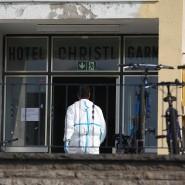 Ein Mitarbeiter der Spurensicherung bei Arbeiten in einem Flüchtlingsheim in Ansbach.