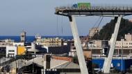 Der grüne Laster steht immer noch da: Blick auf die am Vortag eingestürzte Autobahnbrücke Morandi.