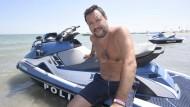 Am Strand: Matteo Salvini posiert auf einem Polizei-Jetski.