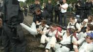 Polizei räumt Sitzblockade vor RWE-Kraftwerk