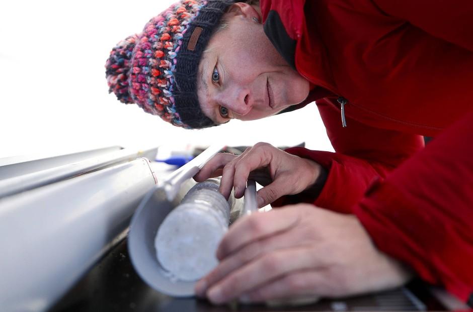 Die Wissenschaftlerin Andrea Fischer untersucht eine Eisprobe.