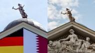 Giebel über dem Portal der Villa Cale in Berlin im Bezirk Zehlendorf, aufgenommen am 15. Juni 2017 und am 15. April 2015 (rechts).