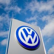 Volkswagen-Logo vor einem VW-Autohaus in Hannover