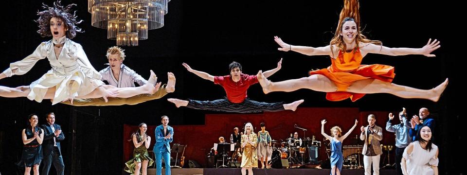 """Auf dem Teppich zu bleiben ist definitiv nicht das Ziel bei """"Hochzeit"""" am Staatstheater Mainz."""