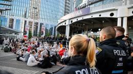 Demonstranten blockieren Eingänge der Messe