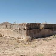 """""""Ein nie vollendetes Königsgrab, das die Stufen des Grabmals von Kyros exakt nachahmt"""": so beschrieb Herzfeld seinen Fund."""