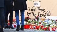 Grablichter und Blumen zum Gedenken an die Opfer des Terroranschlages, der sich am 19.12.2016 auf dem Weihnachtsmarkt nahe der Gedächtniskirche in Berlin ereignete.