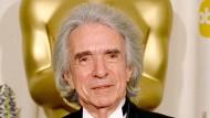 Arthur Hiller 2002 mit einem Oscar