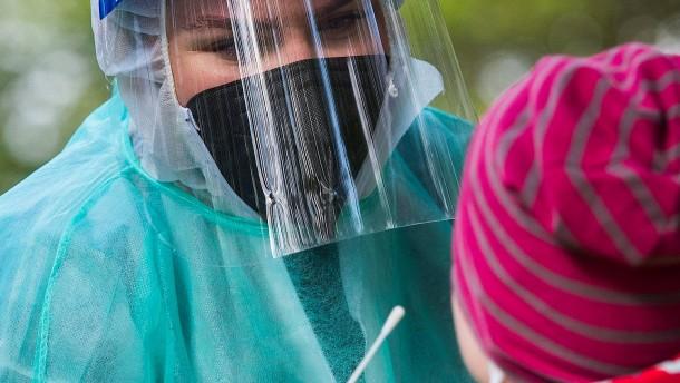 RKI meldet 1204 Neuinfektionen, Inzidenz sinkt auf 22,9