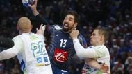 Schmerzhaft nicht nur für Slowenien: Nikola Karabtic hat den Ball im Griff.