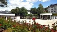 Rosige Zeiten nur im Kurpark: Der erneuerte Platz am Bad Schwalbacher Weinbrunnen wird Teil der Gartenschau, die Ende April 2018 eröffnet werden soll.