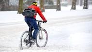 Selbst im Schnee finden sich im Corona-Winter noch Fahrradfahrer in Deutschland, so wie hier in Hannover.