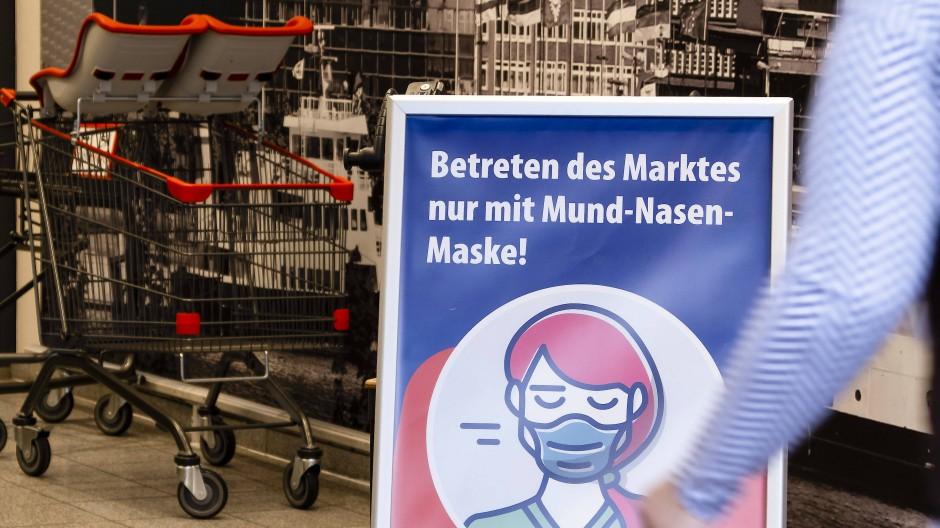 Hinweis zur Maskenpflicht vor einem Supermarkt (Symbolbild)