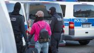 Polizisten überprüfen Personalien im Rotlichtmilieu in Bonn. Mit einer groß angelegten Razzia geht die Bundespolizei gegen Organisierte Kriminalität vor.