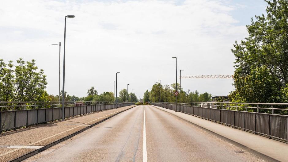 Menschenleer: Brücke über den Rhein, die Deutschland und Frankreich auf Höhe der Stadt Breisach verbindet