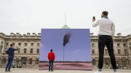 """Ein Zentrum der Kunst: das von der hessischen Delegation besuchte Somerset House in London. Im Vordergrund das Kunstwerk """"Western Flag (Spindletop, Texas) 2017"""" von John Gerrard, aufgenommen am Earth Day, dem 22."""