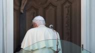 Um 20 Uhr endete am Donnerstag abend die Amtszeit von Bendedikt XVI. - vorerst wird der emeritierte Papst nicht mehr in der Öffentlichkeit auftauchen