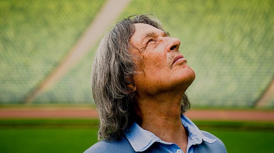 Der Sportmediziner Hans-Wilhelm Müller-Wohlfahrt im Olympia-Stadion in München