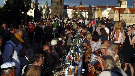 Prager veranstalten riesiges Brücken-Dinner