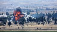 Kampf der letzten Rebellen: Eine Explosion erschüttert Quneitra auf der syrischen Seite der Golanhöhen am Sonntag.